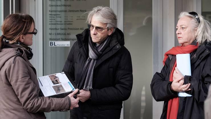 Tierschützer Kurt Amsler und Katharina Büttiker (r.) von Animal Trust übergeben Fiona Strebel von der Staatsanwaltschaft die erste Petition. (Archiv)