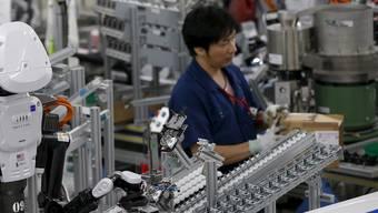 Knapp die Hälfte der heutigen Jobs in der Industrie könnte bald schon ein Roboter machen – trotzdem dürften in zehn Jahren mehr Menschen im verarbeitenden Gewerbe tätig sein als heute.  Issei Kato/Reuters