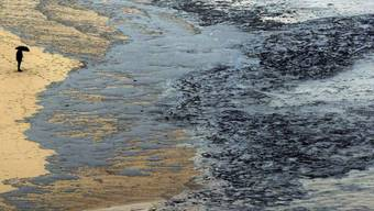 """Ein ölverschmutzter Strand im Nordwesten Spaniens nach dem Untergang des Öltankers """"Prestige"""". (Archiv)"""