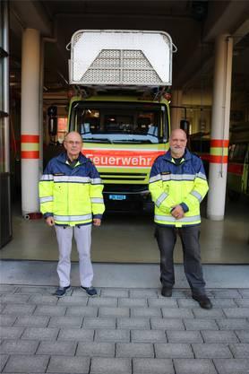 Wer ist schicker? Das Feuerwehrauto oder die Männer in Uniform?