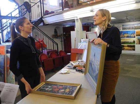 Moderatorin Eva Wannenmacher (r.) bespricht im Kunst-Supermarkt mit der Künstlerin Ivonne Schubert die Aktion «Pimp my Art»