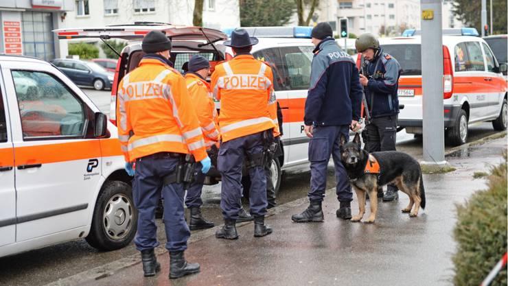 Hohes Polizeiaufgebot nach dem «Türsteher-Mord» am 1. März 2015 in Zürich-Affoltern.