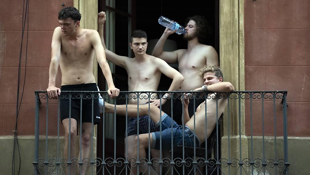 Jugendliche hängen auf einem Balkon ab. In einigen Teilen Spaniens wurden am Samstag Höchsttemperaturen von 46 Grad Celsius erwartet, während das Land am bisher heissesten Tag des Jahres schwitzte.