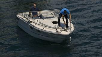 Die Mitarbeiter von «Swiss Ocean Tech» bringen einen AnchorGuardian an.