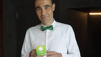 Twint-Chef Thierry Kneissler mit einem Twint-Bezahlterminal anlässlich des Starts der Bezahl-App.