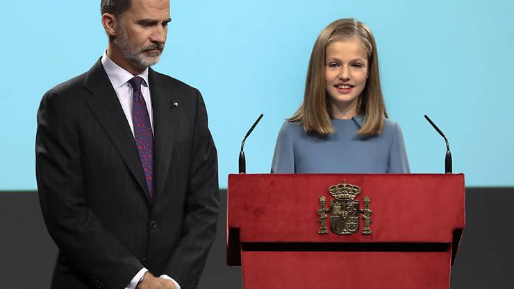 Sie meisterte ihre Aufgabe sichtlich locker: Kronprinzessin Leonor - im Bild mit Vater Felipe - spricht an ihrem 13. Geburtstag erstmals öffentlich.