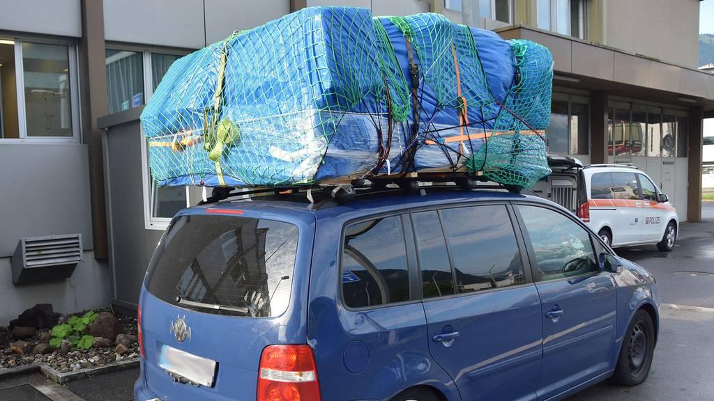 Auto mit über 500 Kilogramm Ladung auf dem Dach unterwegs