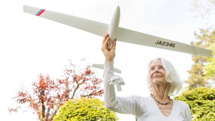 Hanni Vögeli mit einem Segelflugzeug-Modell zu Hause im Garten. «Als Kind habe ich mir häufig vorgestellt, wie es ist, zu fliegen», sagte sie.