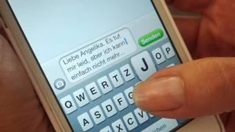 Immer mehr Menschen schicken einene Hilferuf per SMS. (Symbolbild)