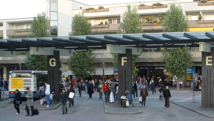 Die Erreichbarkeit – im Bild der Busbahnhof – ist eine von Dietikons Stärken: 95 Prozent der Wegzüger beurteilten letztes Jahr den öffentlichen Verkehr positiv. Archiv