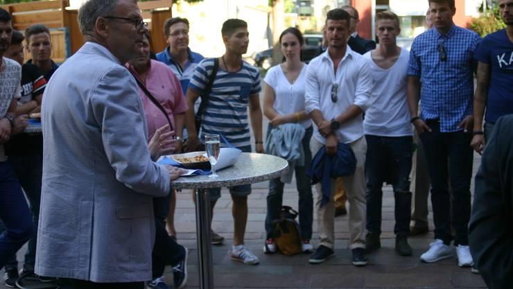 Stadtpräsident Otto Müller hiess die Spieler des FC Dietikon vor dem Stadthaus willkommen