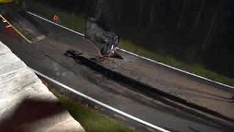 Der Autolenker kam bei einem spektakulären Selbstunfall nur mit Kratzern davon.