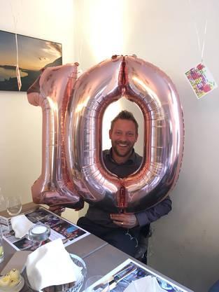 David Aegerter wird von seinen Mitarbeitern zum Jubiläum überrascht