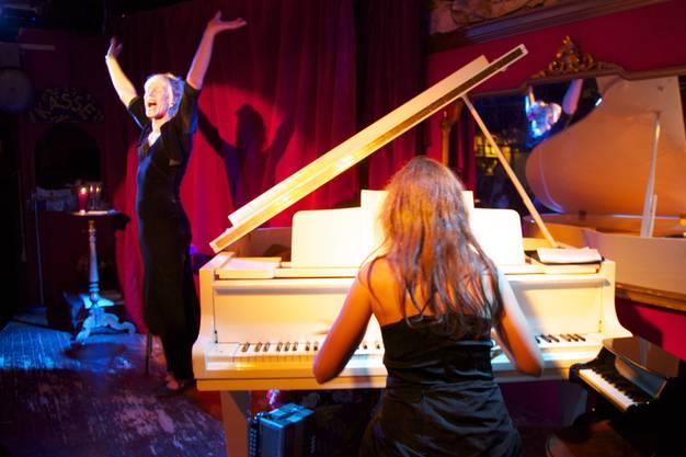 Stella Luna Palino interpretiert zum 50. Todestag von Edith Piaf ihre Lieder neu in der Unvermeidbar. Stella Luna Palino und Charlotte Torres ziehen das Premiere-Publikum in ihren Bann.
