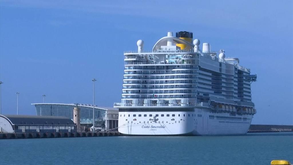 Verdacht auf Corona-Virus:  Tausende sitzen auf Schiff fest