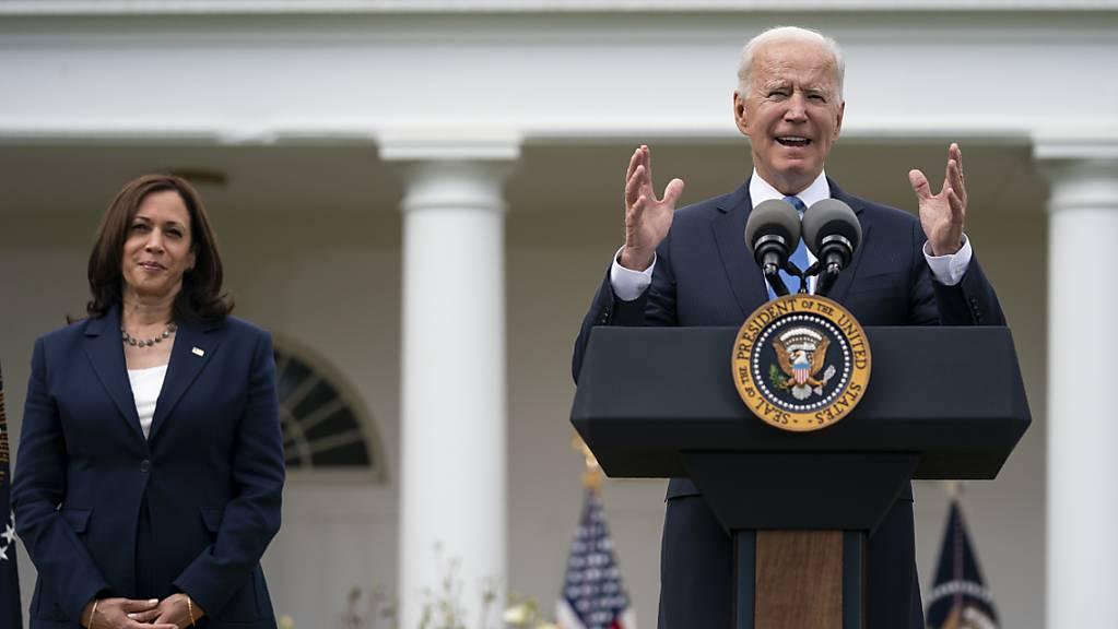 Joe Biden, US-Präsident, spricht über aktualisierte Richtlinien für Maskenmandate, während Kamala Harris, US-Vizepräsidentin, im Rosengarten des Weißen Hauses zuhört.