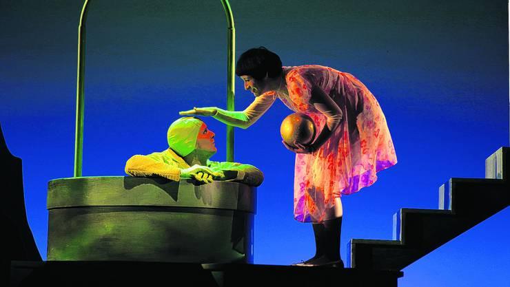 Danke für die Kugel: Prinzession Lilli (Martina Binz) und der hartnäckige Frosch (David Berger). (Bild: Edouard Rieben)