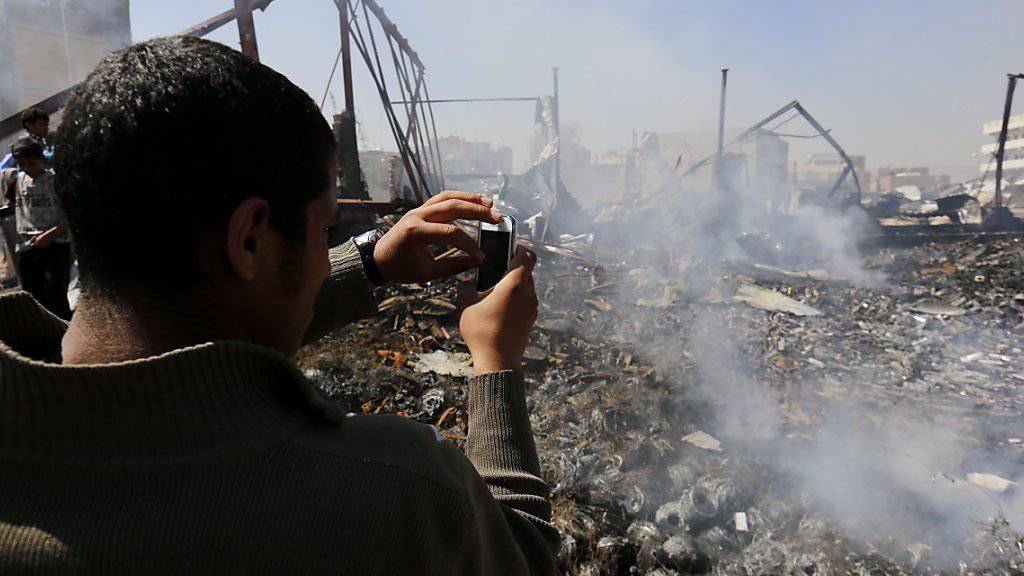 Trümmerfeld in Jemens Hauptstadt Sanaa nach einem saudischen Luftangriff. (Archivbild)