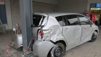 Kurioser Unfall in Lupfig: Seniorin fährt in Stützpfeiler