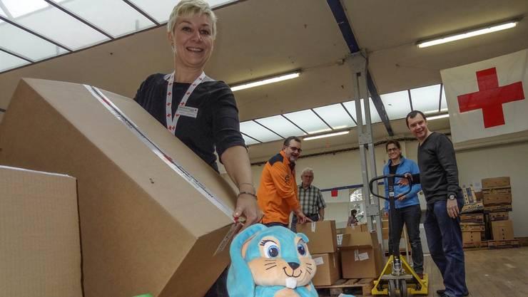 Sortiere der Geschenke in der Wohler Bleichi: Chantal Stähli (links) mit freiwilligen Helferinnen und Helfern.