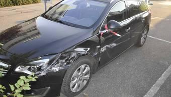 Der Fiat wurde durch die Kollision mit der Leitplanke beschädigt.