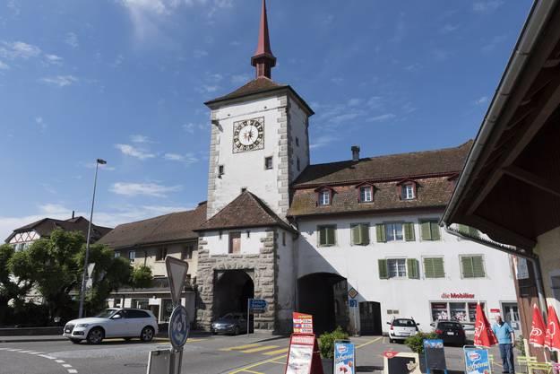 Der Zeitturm von Mellingen erhebt sich über dem Lenzburgertor, dem Durchgang zwischen der zentralen Hauptgasse zur Reussbrücke und dem Lindenplatz, wo die Hauptstrassen nach Baden, Brugg und Lenzburg aufeinandertreffen.