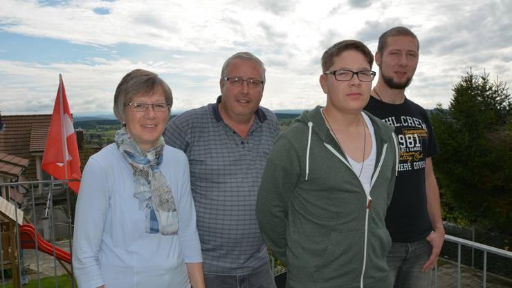 Stolze Eltern (v.l.): Cornelia und Christian Studer mit ihren zwei Söhnen Alexander (17) und Philipp (19). Letzterer wird am 2. November wie bereits sein Bruder Michael in die päpstliche Schweizergarde aufgenommen.