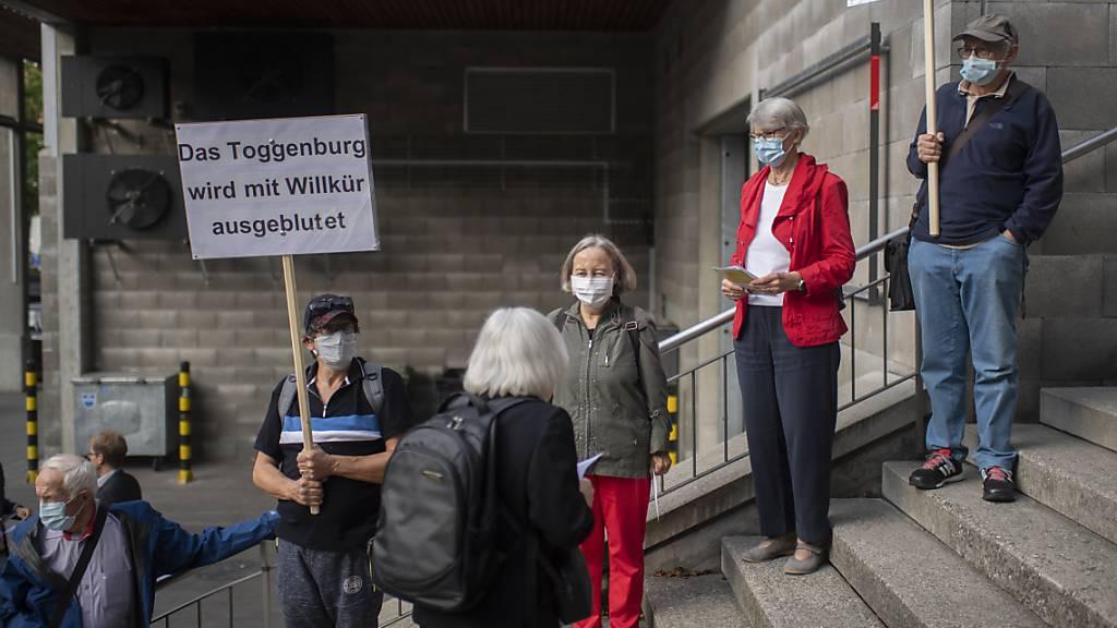 Vor der Septembersession des St. Galler Kantonsrats war gegen die geplante Schliessung des Spitals in Wattwil demonstriert worden. Nun soll es ein Referendum gegen den Entscheid geben. (Archivbild)