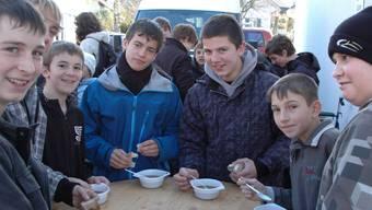 Die Schüler kamen als Erste zum Genuss einer Mehlsuppe