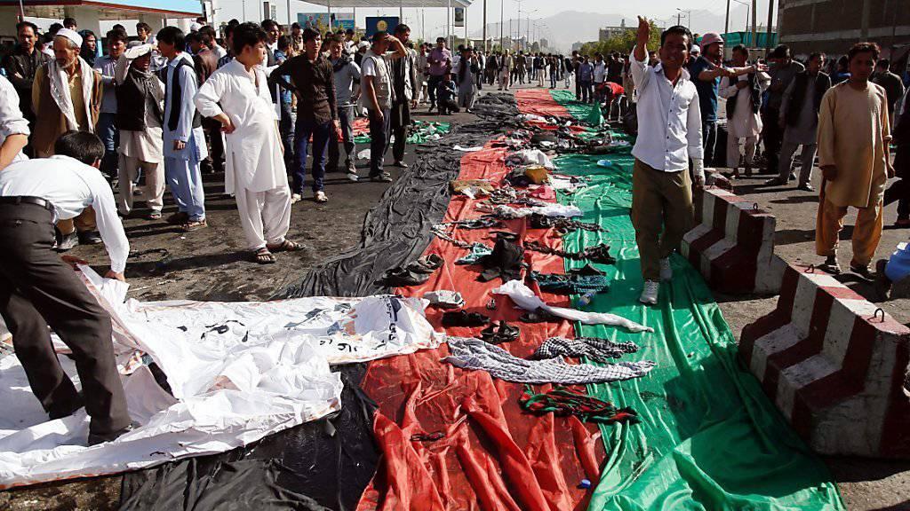Nach dem verheerenden Anschlag in Kabul werden die Habseligkeiten der Opfer ausgebreitet.