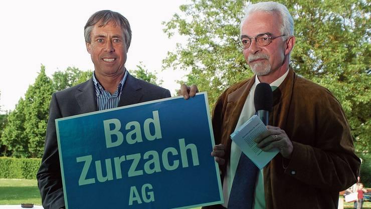 Als Bad Zurzach offiziell zum Bäderkurort wurde: Franz Nebel, der damalige Ammann (rechts) und Peter Andres, Präsident von Bad Zurzach Tourismus, bei der Präsentation der neuen Ortstafel 2006 im Kurpark.