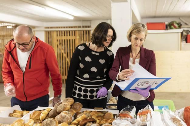 Im Mehrzweckraum beim Embri verteilen die Freiwilligen die gesammelten Lebensmittel. Hier zu sehen sind Stephan Huber, Daniela Friedli und Sonja Gehrig (von links).