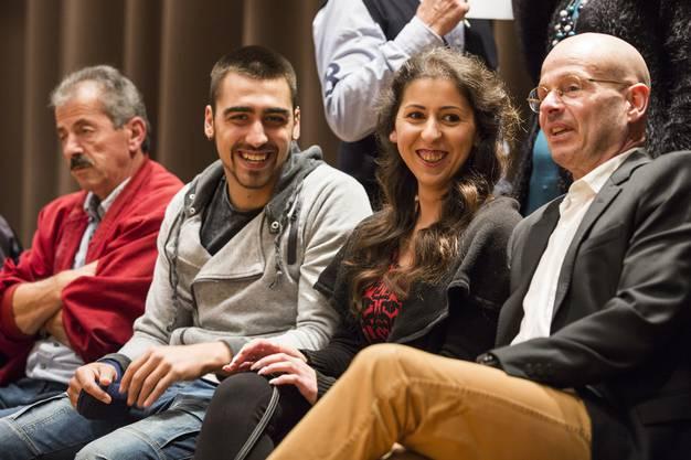 Funda Yilmaz mit ihrem Vater, Freund Nico, links, und Anwalt Markus Leimgruber, rechts, bei der Abstimmung zu ihrer Einbürgerung.