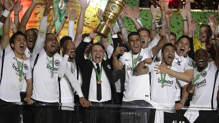 Die Frankfurter feiern den Pokalsieg - in der Mitte Trainer Niko Kovac.