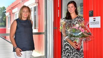 Karin Imbimbo (links) heisst ihre Nachfolgerin Daniela Schneiter (rechts) im provisorischen Gemeindehaus willkommen.