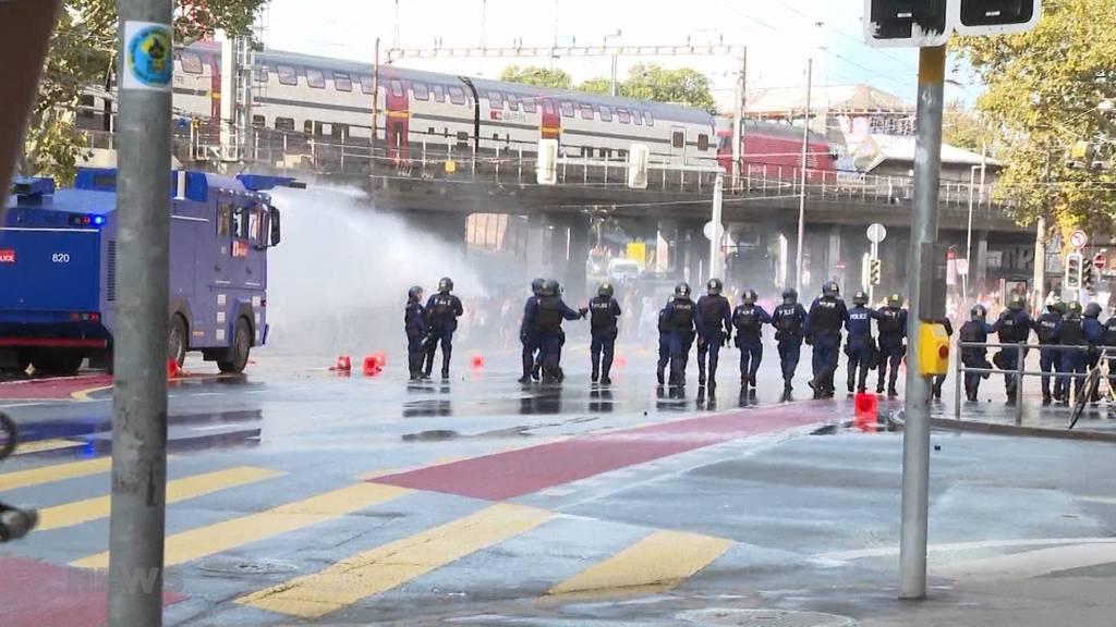 Ziel Bundesplatz: Demo gegen Gewalt in Asyl wird von Polizei aufgehalten