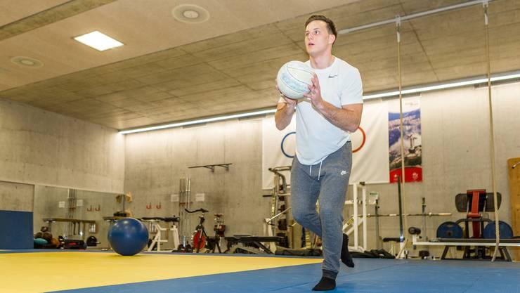 Michi Kistler absolviert Stabilisations- und Koordinationsübungen im Dojo.