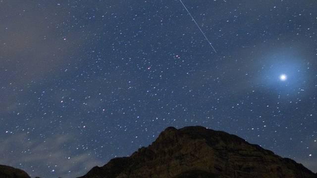 Eine Sternschnuppe fällt vom Nachthimmel über dem Säntis (11. August 2010)