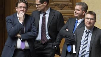 Von links: Die SVP-Nationalräte Albert Rösti, Roger Köppel, Marco Chiesa und Toni Brunner verfolgen im Nationalratssaal die Diskussion zur Umsetzung der Zuwanderungsinitiative. (Archiv)