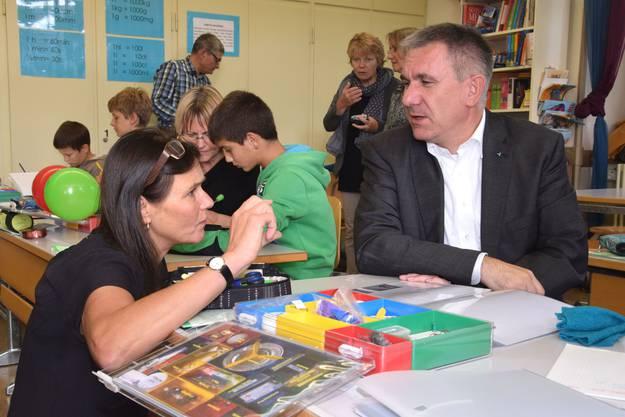 Lehrerin Barbara Gabathuler im Gespräch mit Bildungsdirektor Alex Hürzeler