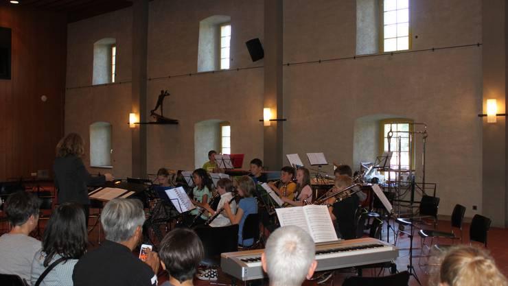 Die MusikerInnen der Musikschule eröffnen das Konzert.