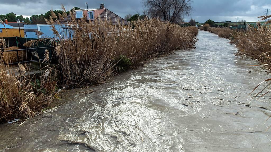 Wie aus einem Bach ein reissender Fluss werden kann, haben dieser Tage die Bewohner von Yeles in der Provinz Toledo südlich von Madrid erfahren.