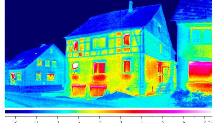 Eine Wärmebild zeigt, wo bei einem Haus Wärme verloren geht (gelb/rot)