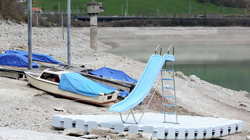 Beim derzeitigen Niedrigwasser liegen die Boote auf dem Trockenen. (Archivbild)