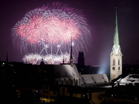 Feuerwerk über Zürich zum Jahreswechsel bei glasklarem Himmel