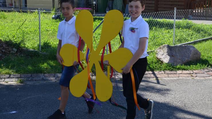 Mike und Florian führten den Jugendfestumzug mit der Festblume an.