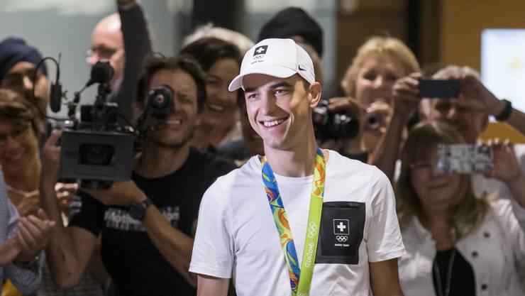 Mountainbike-Olympiasieger Nino Schurter wird bei seiner Rückkehr in die Schweiz herzlich empfangen
