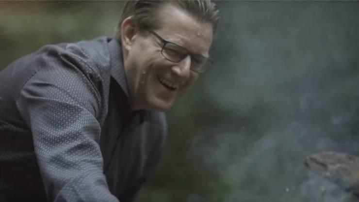 Josef Wiederkehr beim Bräteln in seinem Wahlkampf-Video. (Screenshot)