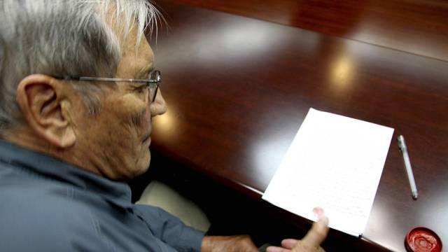 """Newman """"unterzeichnet"""" mit dem Daumen einen Entschuldigungsbrief"""