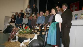 12 stolze Bauern wurden mit einer Glocke ausgezeichnet. Diese Ehre wird nur Landwirten zuteil, die eine Kuh besitzen, die bereits 100 000 Liter Milch gegeben hat. BB